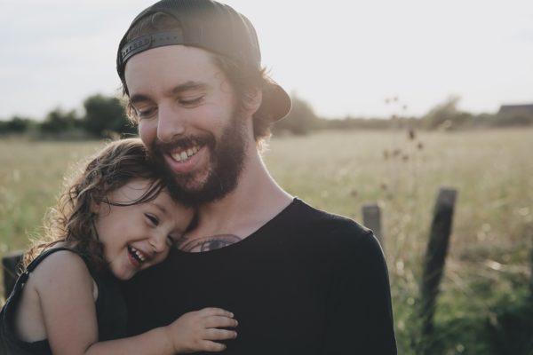 un papa et sa fille heureux