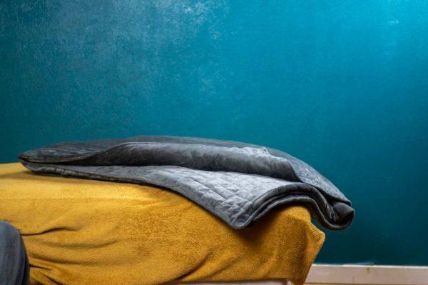la couverture antistress est une couverture lestée qui permet de réduire les troubles du sommeil comme l'insomnie et le stress