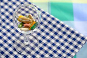 verre avec des médicaments
