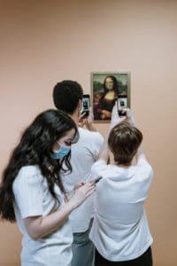 Trois-personnes-avec-des-masques-coronavirus